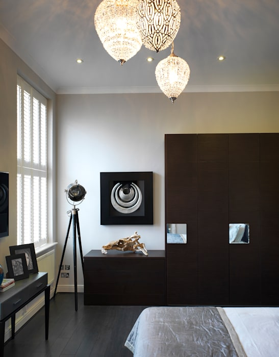 Private residence in london: camera da letto in stile di sma ...