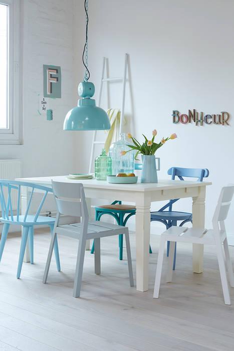 Ein Stuhl, der Farbe an den Tisch bringt: modern  von diewohnblogger,Modern