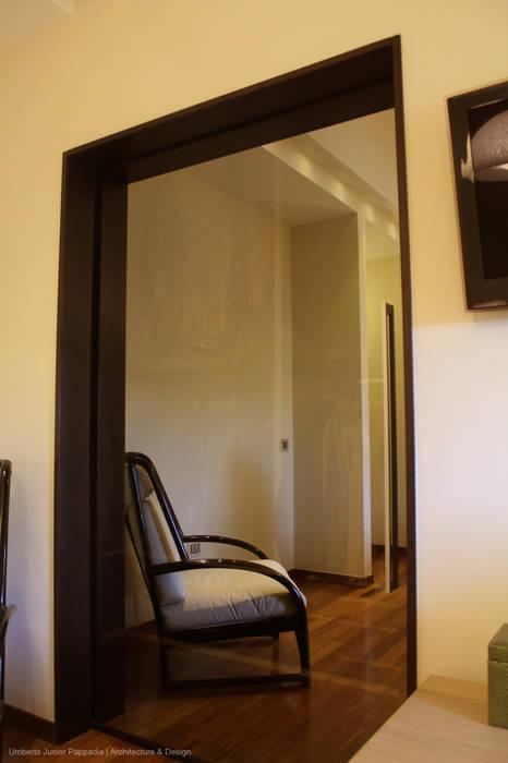 La grande porta scorrevole della cabina armadio in vetro specchiato ...