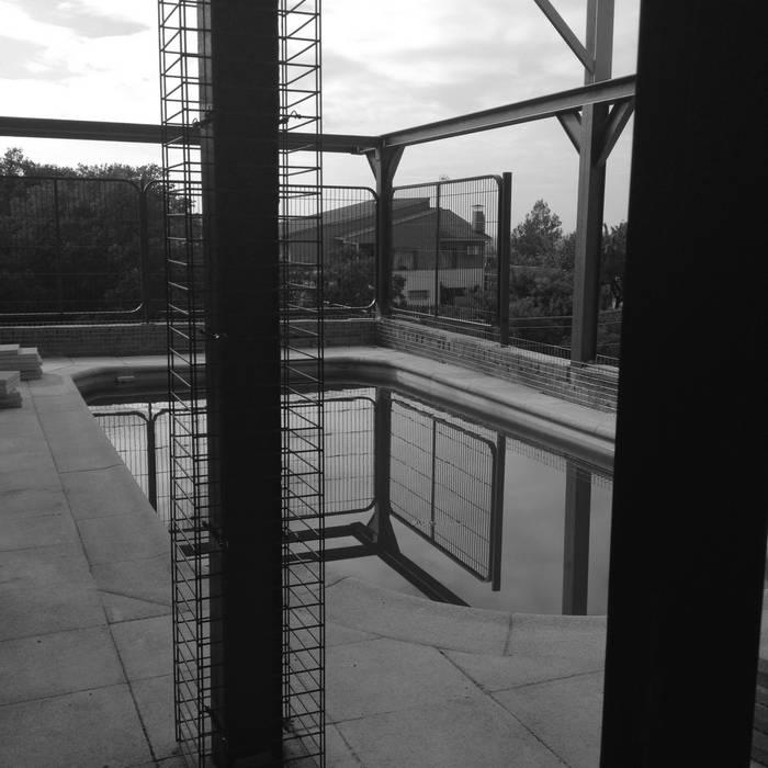 Piscina y estructura metálica de Vivienda unifamiliar industrializada, modular y reciclable, en Toledo Casas de estilo industrial de Arte y Vida Arquitectura Industrial