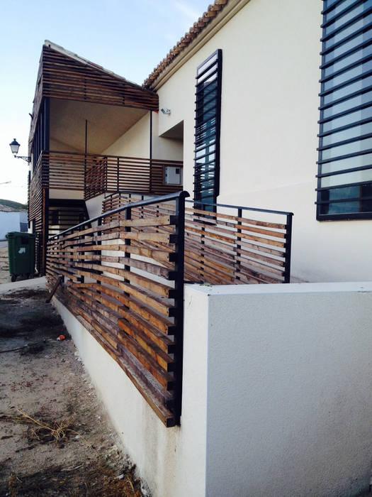 Centro de Interpretación en Valle de Alto Mira: Salones de estilo  de Arte y Vida Arquitectura, Rústico Madera Acabado en madera