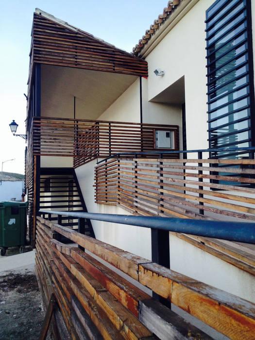 Detalle de rampa al Centro de Interpretación en Valle de Alto Mira Salones rústicos de estilo rústico de Arte y Vida Arquitectura Rústico Madera Acabado en madera