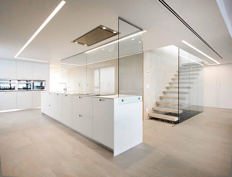 Cocina con isla y cristal en forma de 'L' - Casa Moncofa - Chiralt Arquitectos Chiralt Arquitectos Cocinas de estilo minimalista