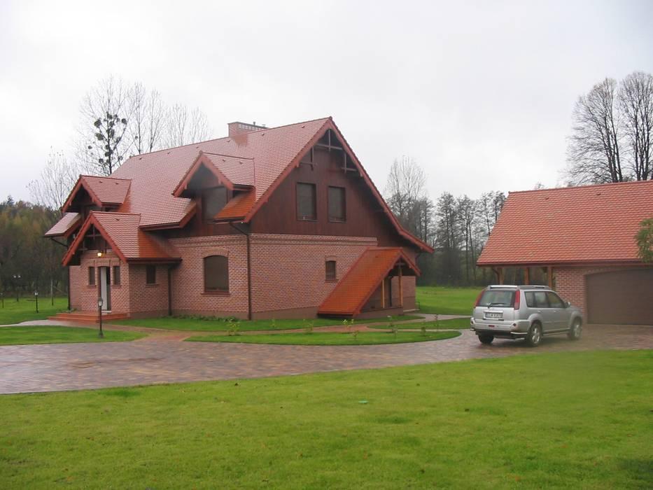 Country style garage/shed by Piekarek Projekt-Paweł Piekarek Country