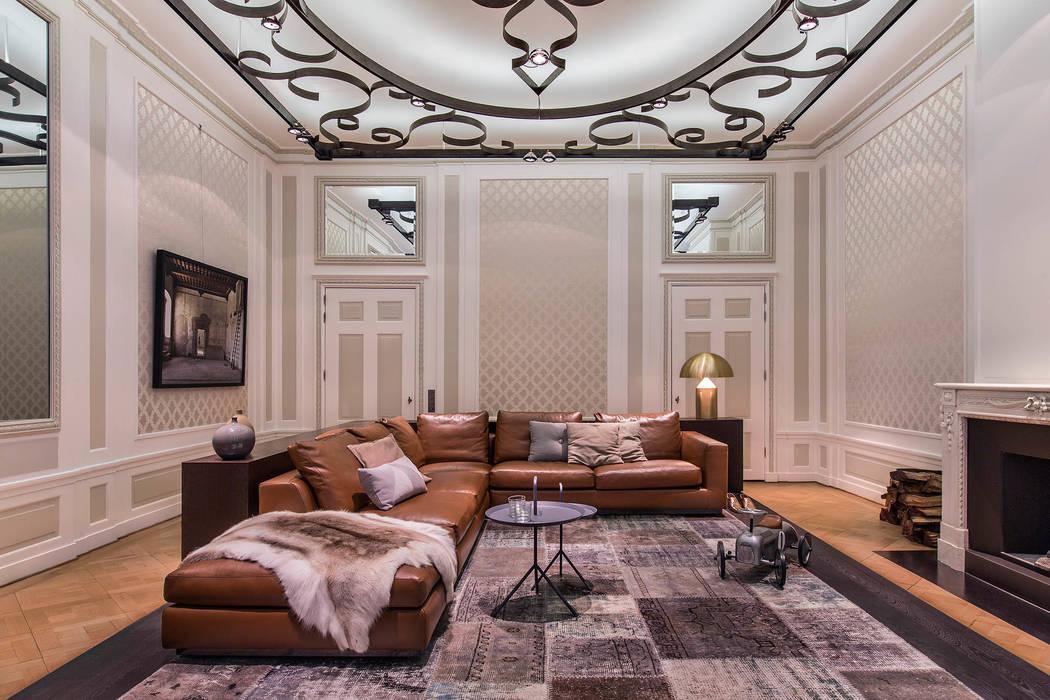 Modern en monumentaal wonen aan de gracht Moderne woonkamers van Studio RUIM Modern