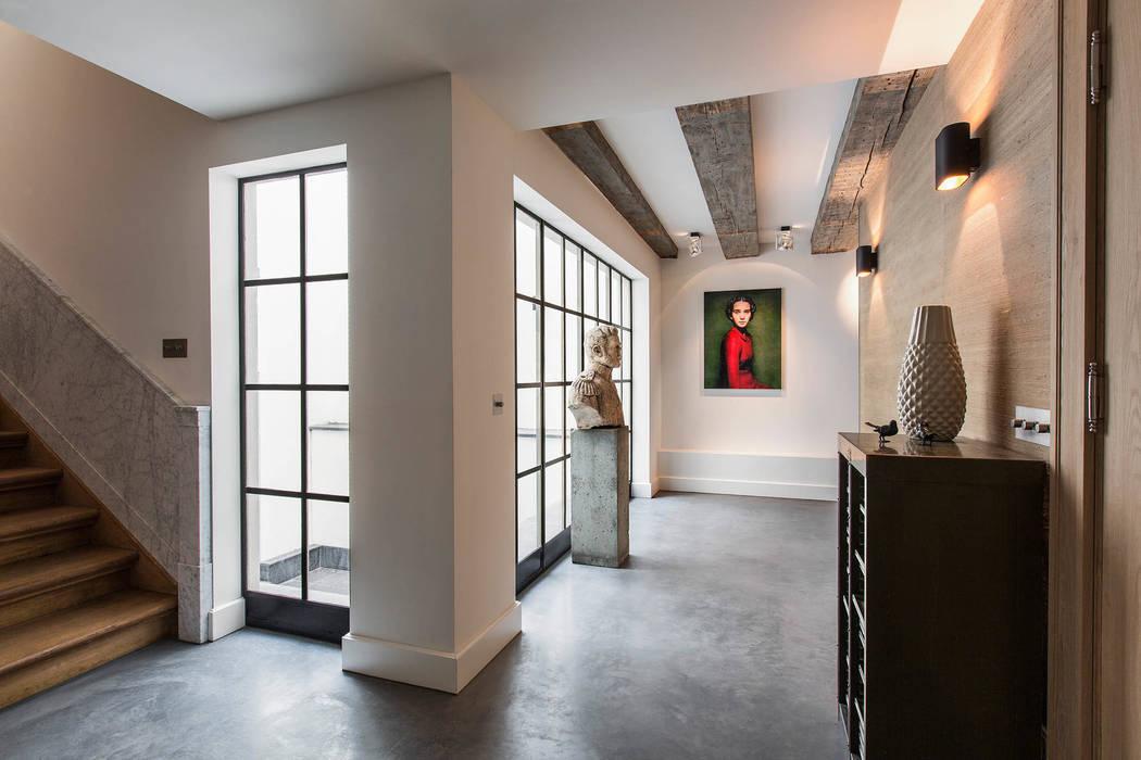 Modern en monumentaal wonen aan de gracht Moderne gangen, hallen & trappenhuizen van Sigrid van Kleef & René van der Leest - Studio Ruim Modern