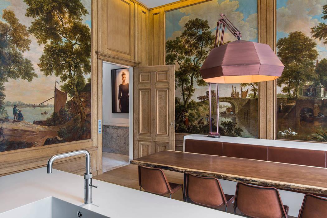 Modern en monumentaal wonen aan de gracht:  Eetkamer door Studio RUIM
