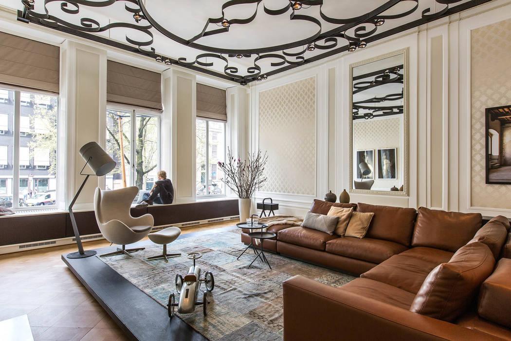 Modern en monumentaal wonen aan de gracht:  Woonkamer door Studio RUIM