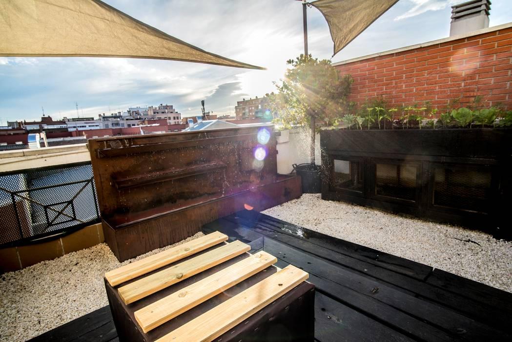 fuente y terraza: Terrazas de estilo  de thesustainableproject