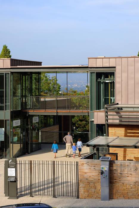 """""""Le Méridien"""" à Sainte-Foy-les-Lyon, détail de la façade sur rue: Centre d'expositions de style  par stephanie.zawada"""