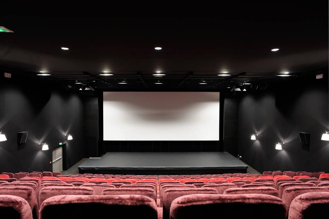 """""""Le Méridien"""" à Sainte-Foy-les-Lyon : salle de cinéma: Centre d'expositions de style  par stephanie.zawada"""
