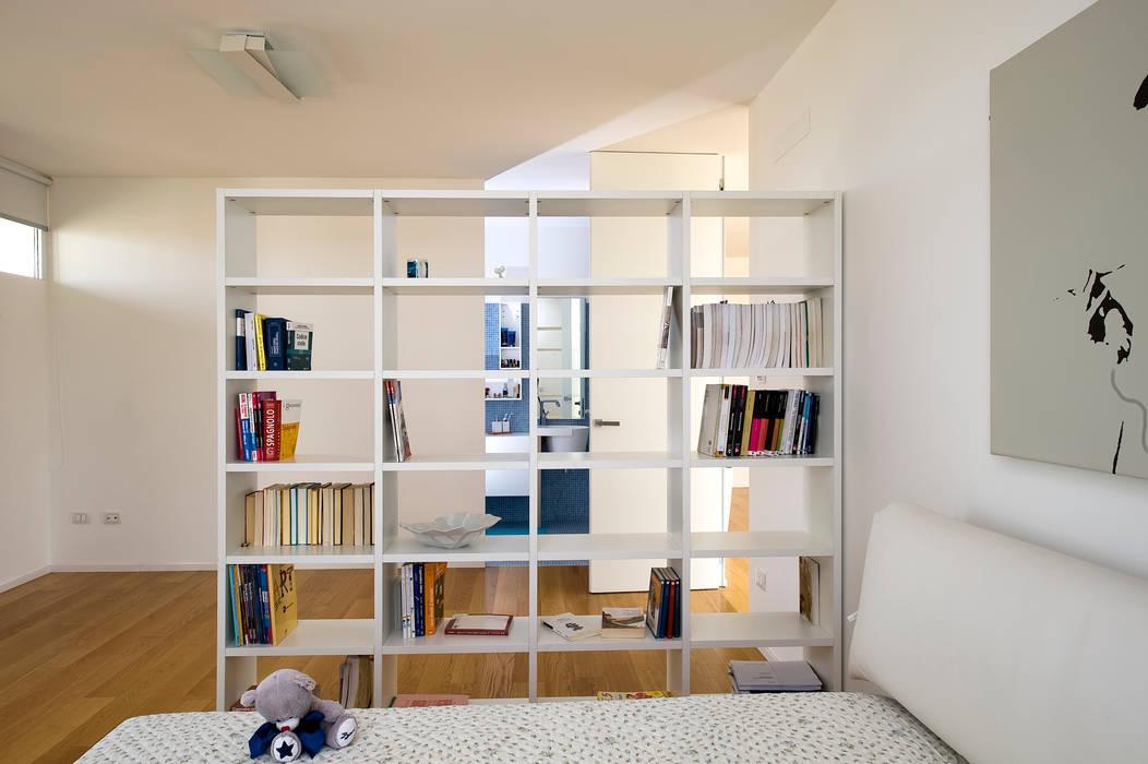 CASA LS - RAGUSA - ITALIA: Camera da letto in stile  di moreno maggi photog., Moderno