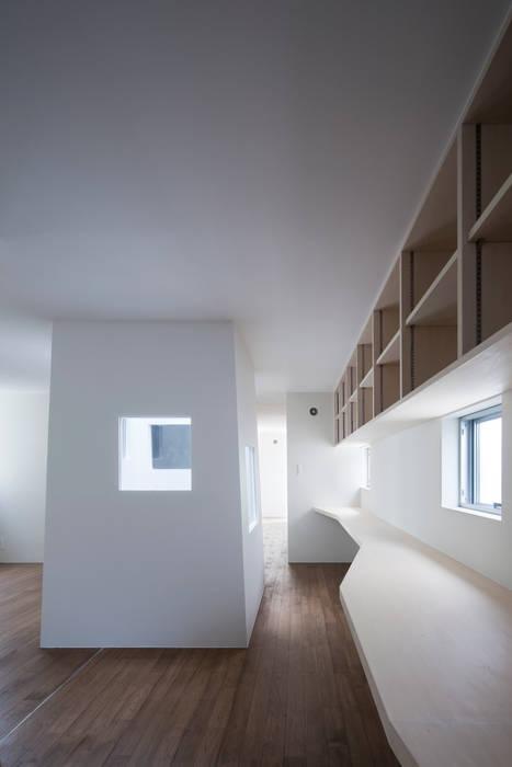 家族共用のスタディコーナー: ARCHIXXX眞野サトル建築デザイン室が手掛けた書斎です。