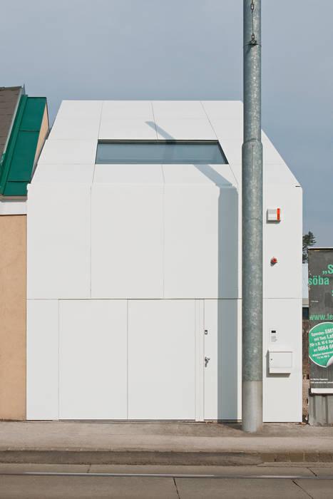 Caramel architekten Casas de estilo ecléctico