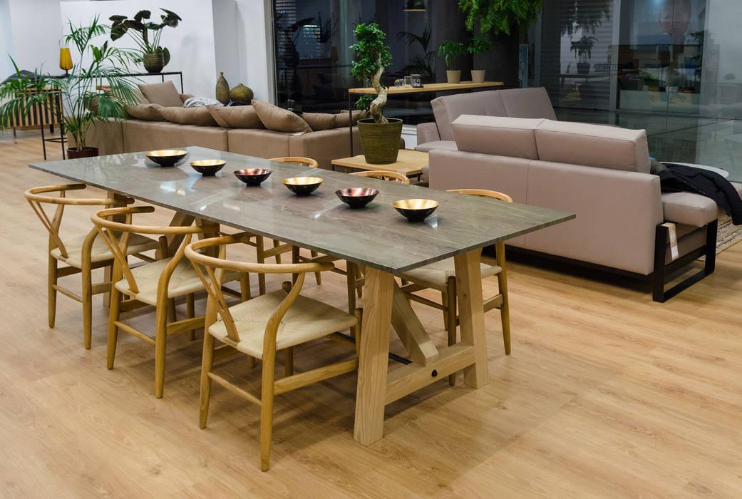 Mesa de comedor de mármol verde y patas de roble. sillas de madera ...