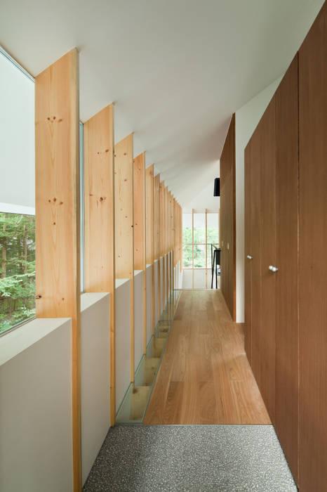 Pasillos, vestíbulos y escaleras de estilo ecléctico de AIDAHO Inc. Ecléctico