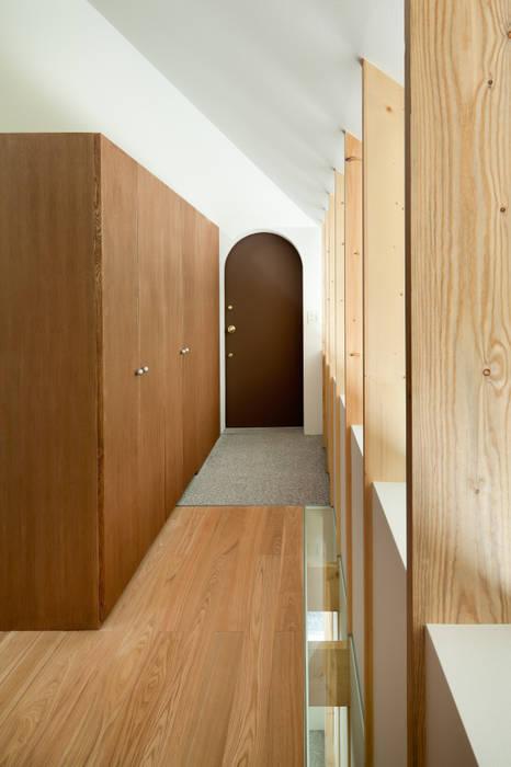 Pasillos y vestíbulos de estilo  de AIDAHO Inc., Ecléctico