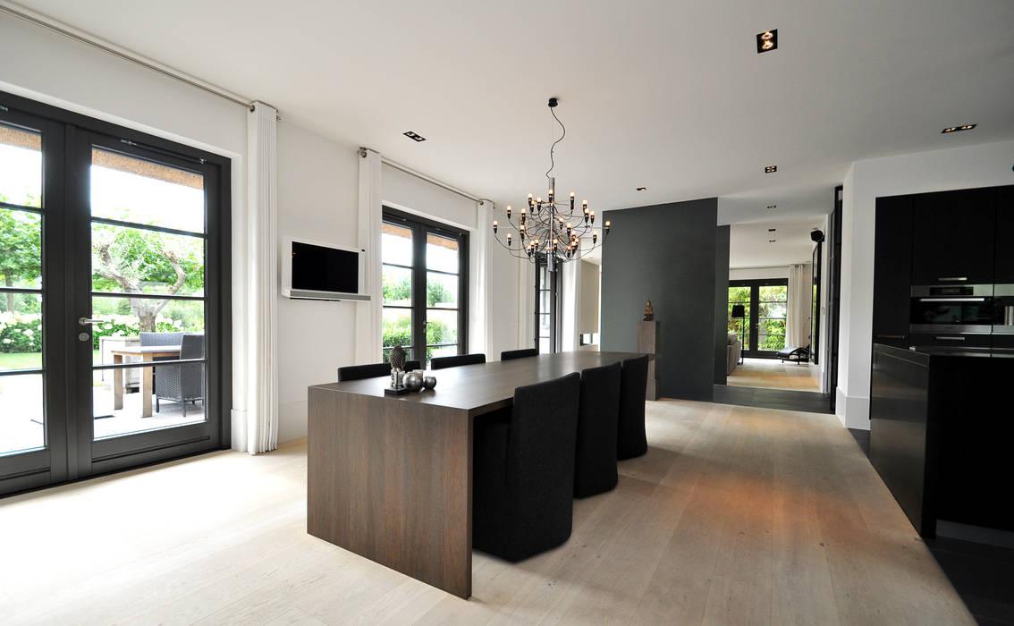 Столовая комната в стиле модерн от Building Design Architectuur Модерн