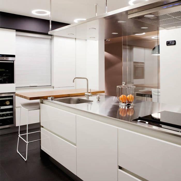 Proyecto de decoracion y ejecución de vivienda con terraza en Loiu (Vizcaya), por Sube Susaeta Interiorismo Cocinas de estilo minimalista de Sube Susaeta Interiorismo Minimalista