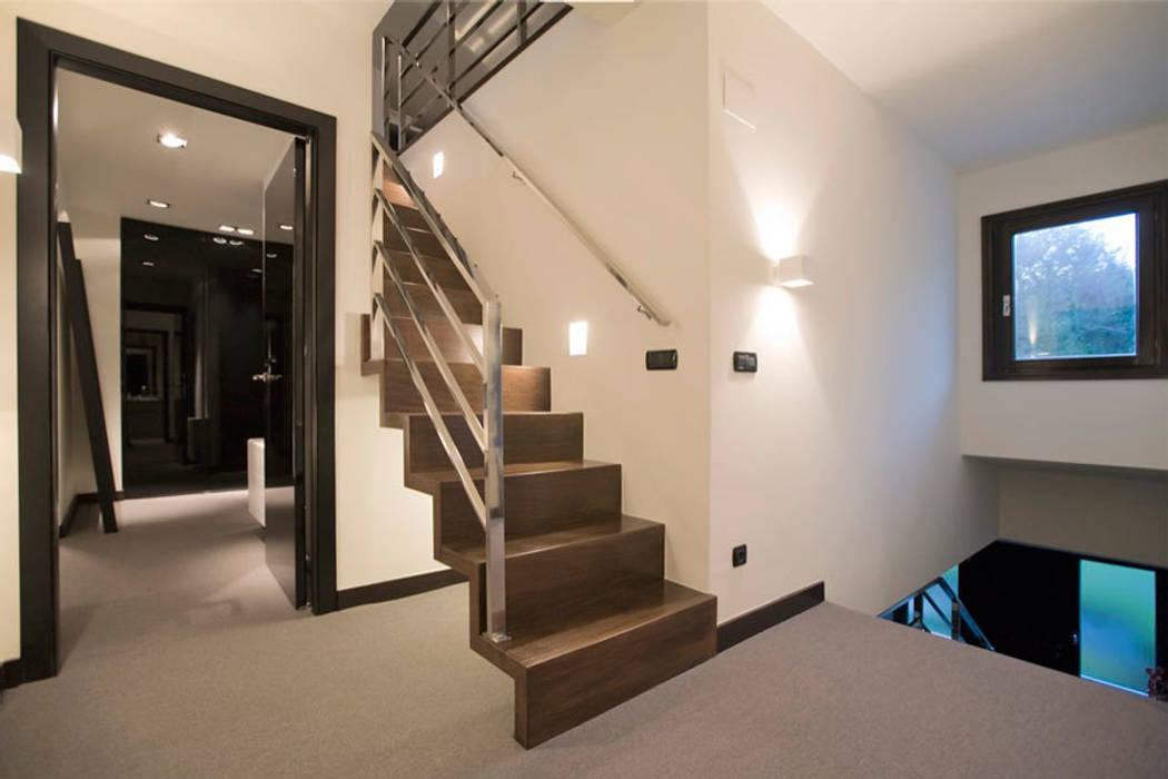 Proyecto de decoracion y ejecución de vivienda con terraza en Loiu (Vizcaya), por Sube Susaeta Interiorismo: Pasillos y vestíbulos de estilo  de Sube Susaeta Interiorismo