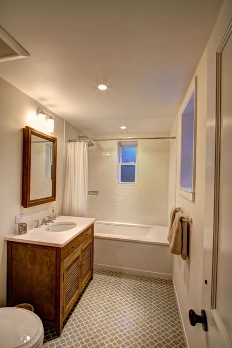 Park Slope Brownstone Colonial style bathroom by Ben Herzog Architect Colonial