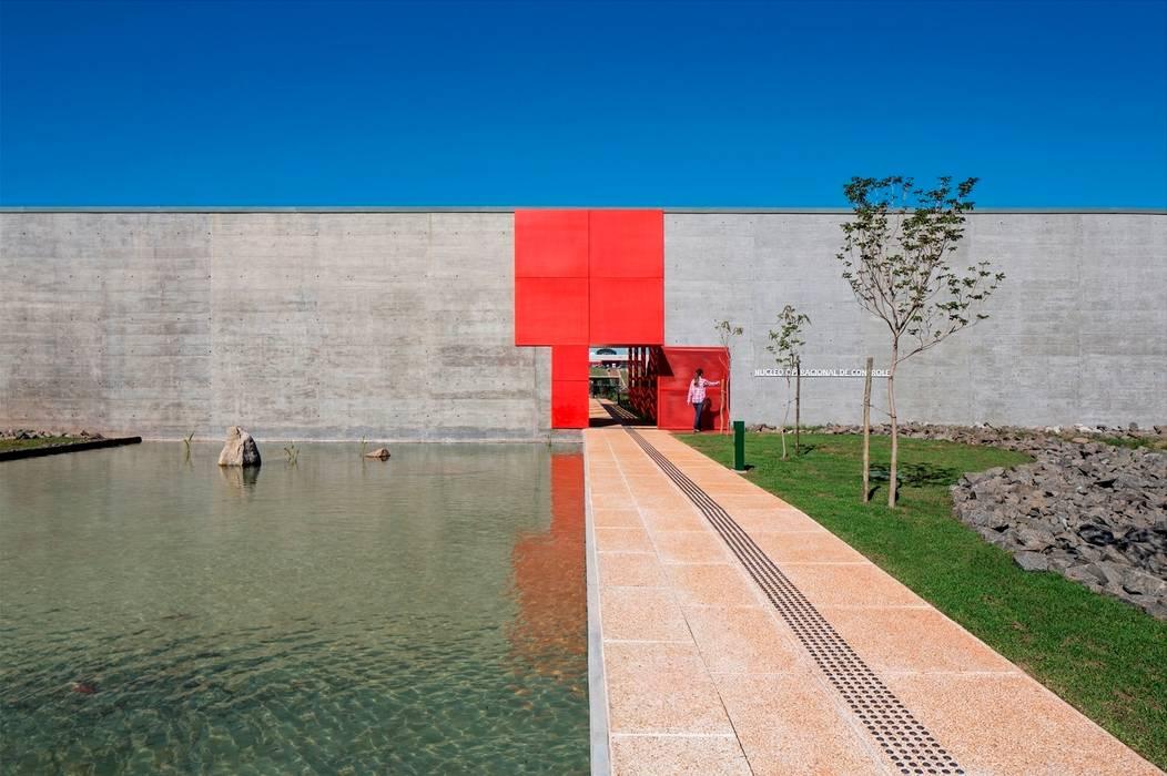 Entrada Principal: Paredes  por LoebCapote Arquitetura e Urbanismo
