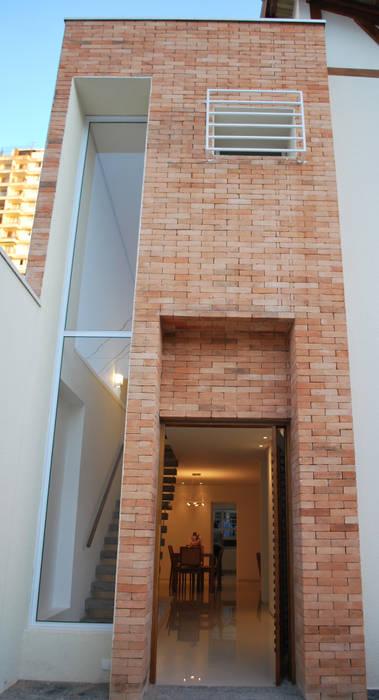 Fachada em tijolos: Casas  por ArkDek