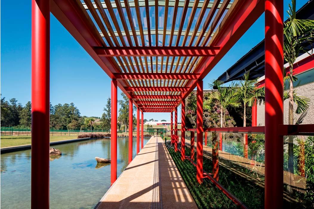 Passarela Interna: Jardins de inverno  por LoebCapote Arquitetura e Urbanismo,Moderno