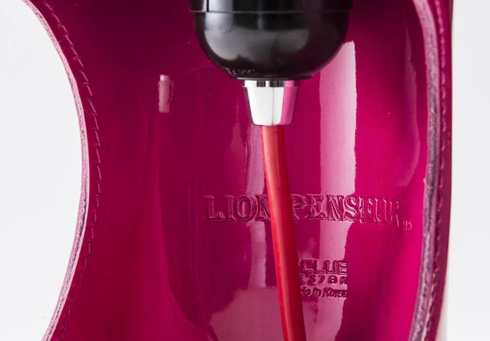 Lion Penseur lampe: i-CLUE DESIGN의  서재 & 사무실