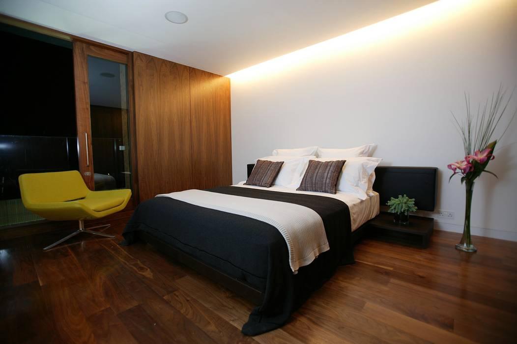 Concealed lighting:  Bedroom by Elektra Lighting Design,
