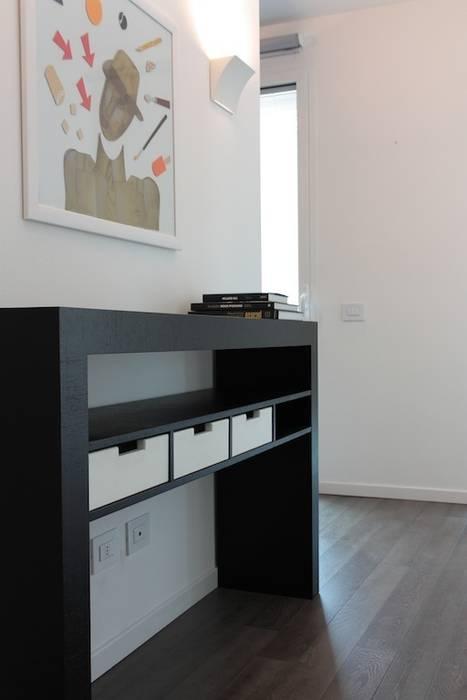 Consolle su misura con cassetti rivestiti in pelle Francesca Bonorandi Camera da lettoArmadi & Cassettiere