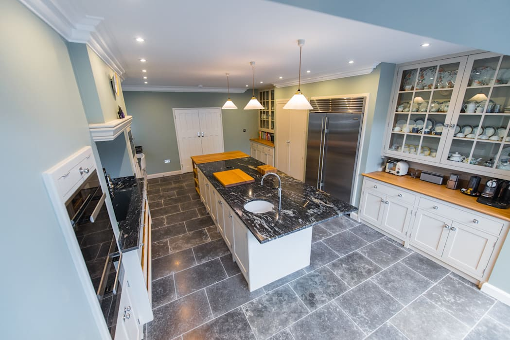 The Earlsfield Traditional Kitchen Classic style kitchen by NAKED Kitchens Classic