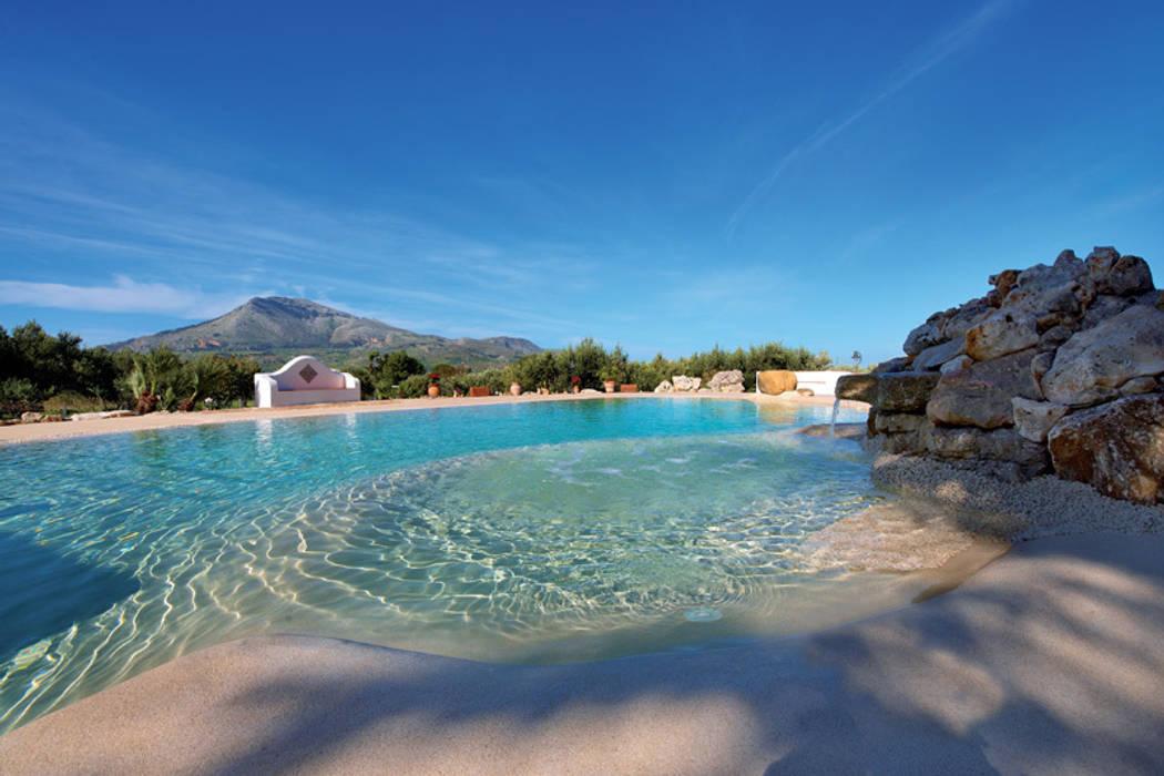Vivibile 365 giorni all'anno: Hotel in stile  di Biodesign pools