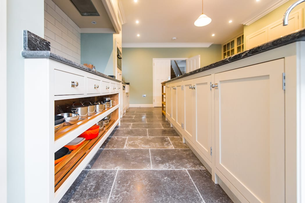 The Earlsfield Traditional Kitchen:  Kitchen by NAKED Kitchens,