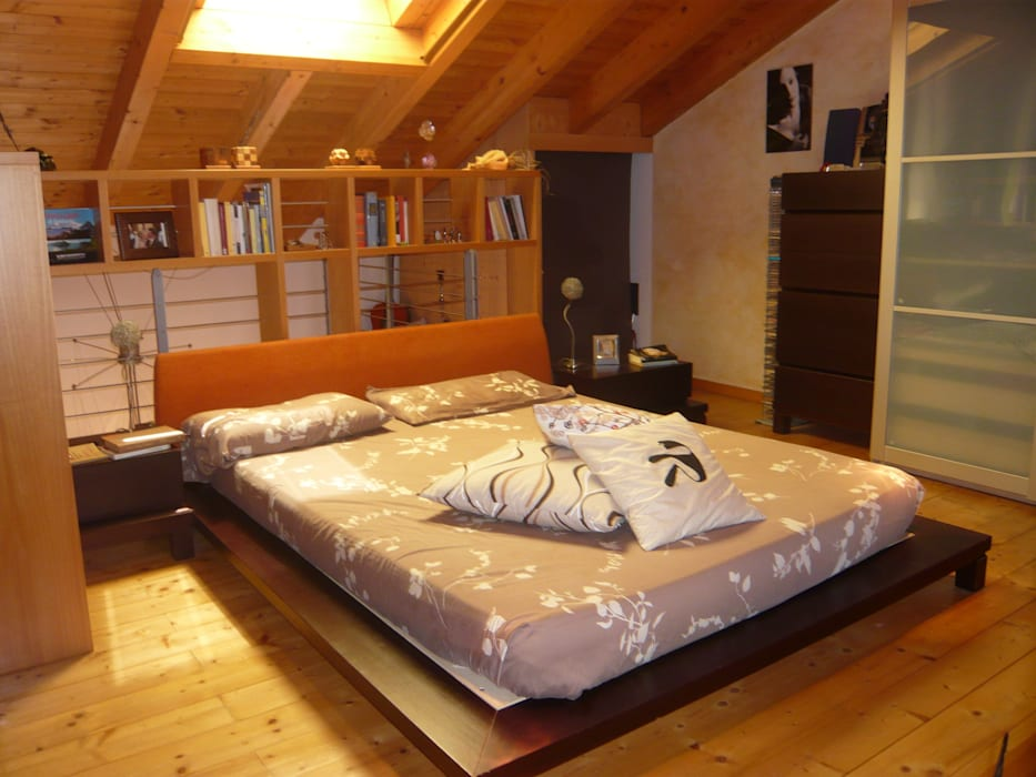 La zona notte: Camera da letto in stile in stile Eclettico di Studio associato di architettura Cattaneo