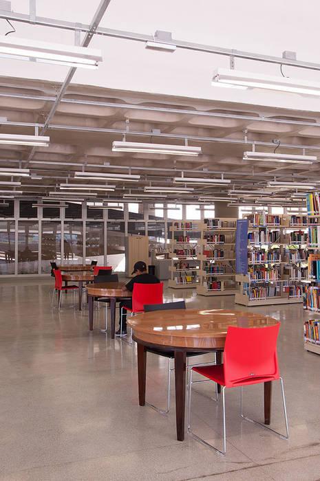 Centro de Formação Cultural Cidade Tiradentes Escolas modernas por ODVO Arquitetura e Urbanismo Moderno