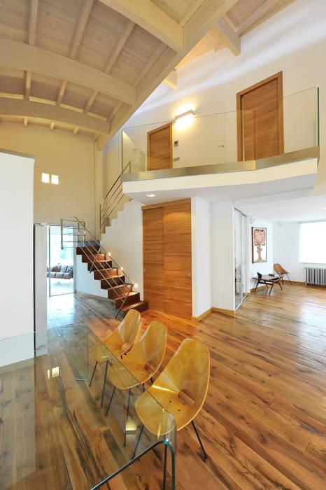 Modern Corridor, Hallway and Staircase by INO PIAZZA studio Modern