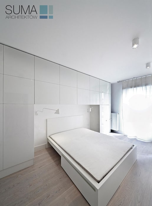 WHITE ONE Minimalistyczna sypialnia od SUMA Architektów Minimalistyczny