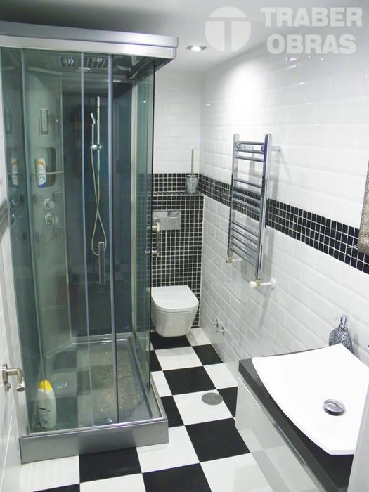 Cuarto de baño principal con cabina de hidromasaje.: Baños de estilo  de Traber Obras