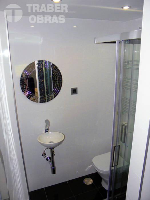 Cuarto de baño de dormitorio principal_lavabo con espejo.: Baños de estilo  de Traber Obras