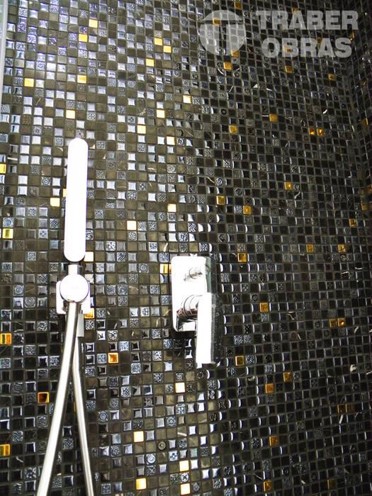 Cuarto de baño de dormitorio principal - grifo empotrado ducha. : Baños de estilo moderno de Traber Obras