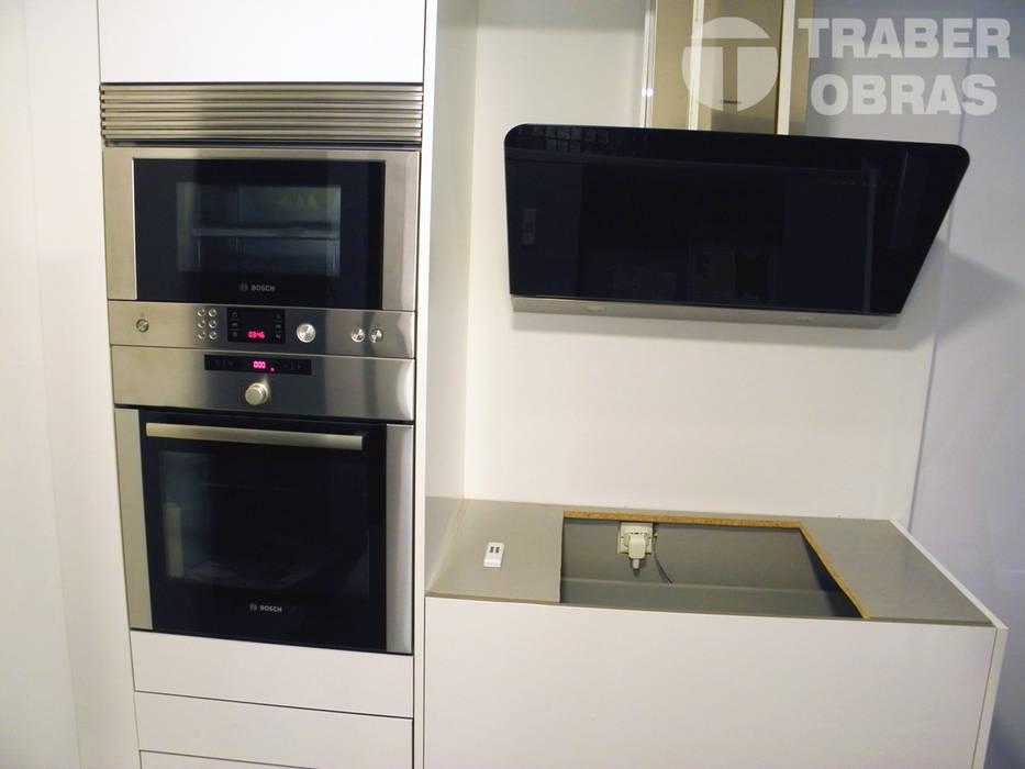 Cocina - mobiliario y equipamiento. : Cocinas de estilo  de Traber Obras