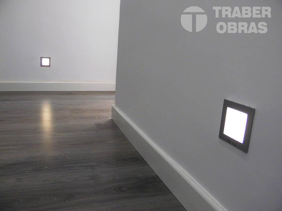 Iluminación LED de señalización.: Pasillos y vestíbulos de estilo  de Traber Obras