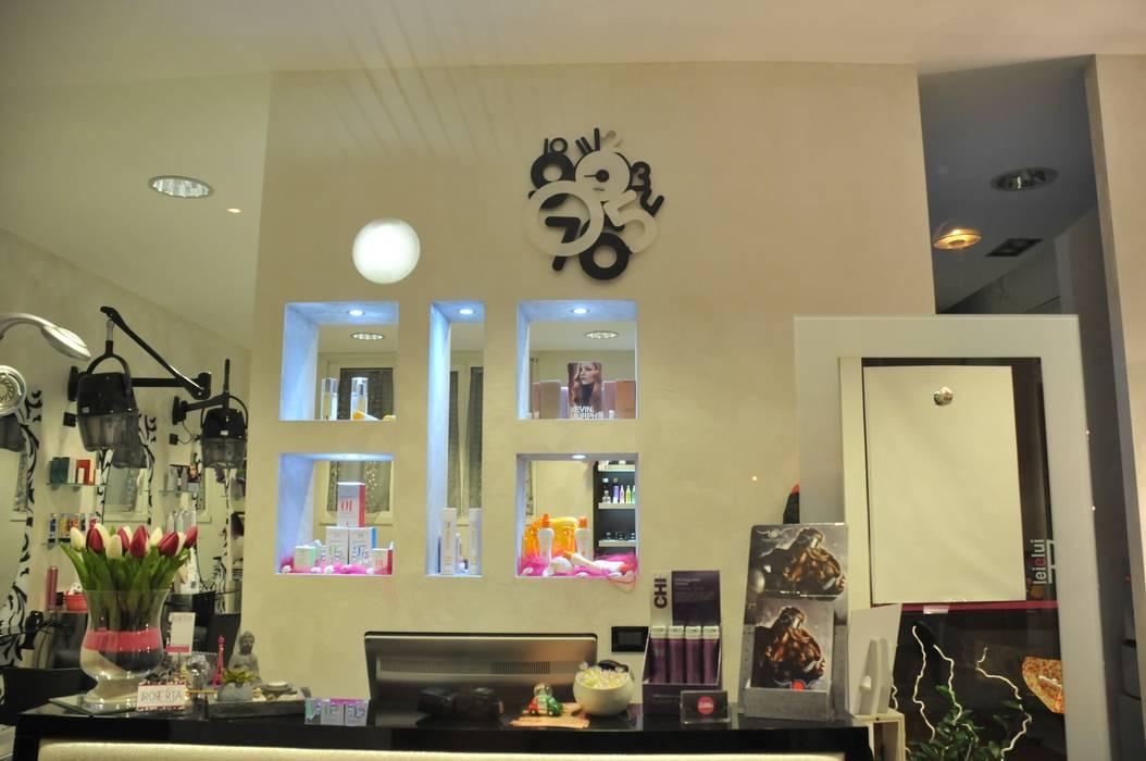 la reception con le nicchie espositive Michela Galletti Architetto e Home Stager Negozi & Locali commerciali moderni