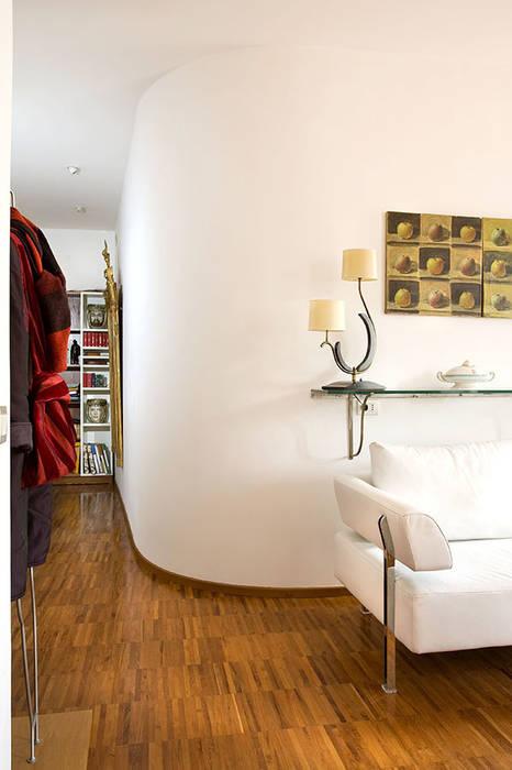Pasillos, vestíbulos y escaleras modernos de Giandomenico Florio Architetto Moderno