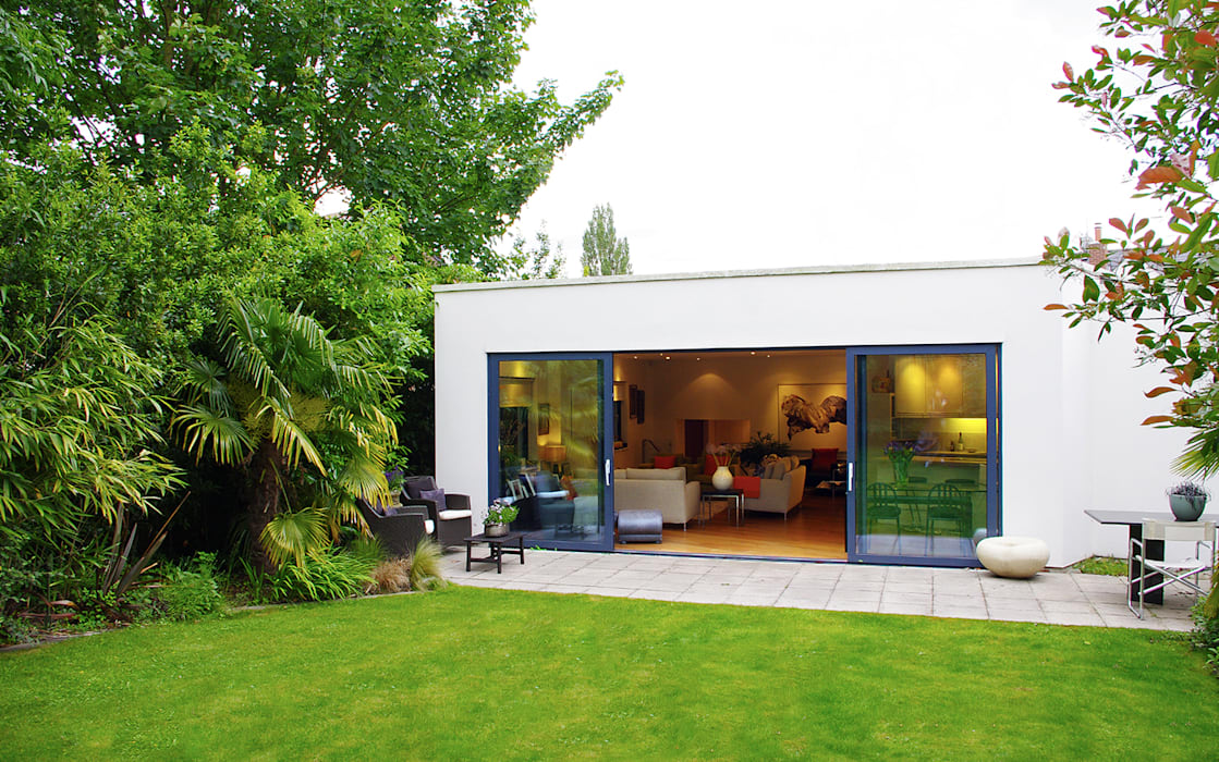 Exterior of modern family home in North London:  Houses by LLI Design,