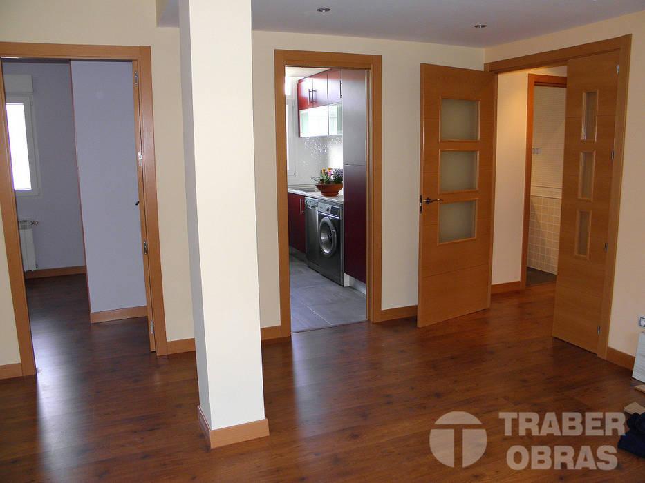 Reforma integral de vivienda por Traber Obras salón - comedor_2 Salones de estilo moderno de Traber Obras Moderno