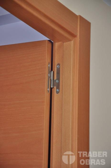 Reforma integral de vivienda por Traber Obras . Detalle carpintería interior.: Dormitorios de estilo moderno de Traber Obras