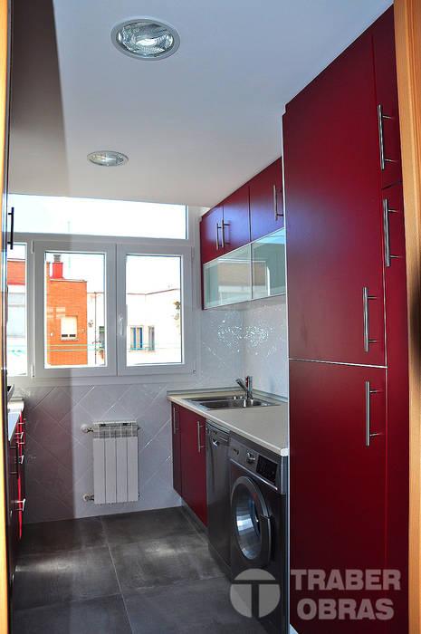 Reforma integral de vivienda por Traber Obras .  Cocina .: Cocinas de estilo moderno de Traber Obras