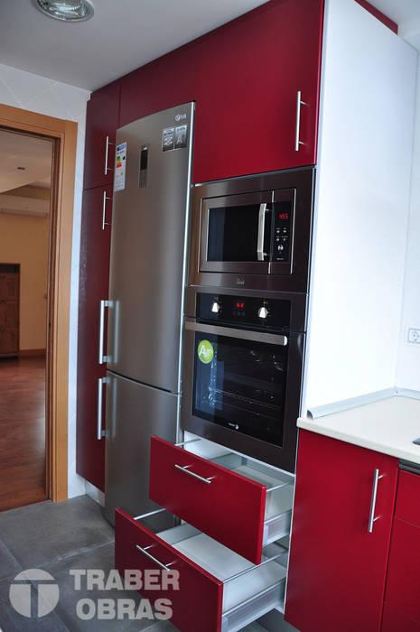 Reforma integral de vivienda por Traber Obras . Cocina.: Cocinas de estilo moderno de Traber Obras